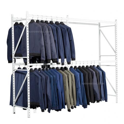Vue de 3/4 du rayonnage pour vêtements personnalisable en hauteur et largeur.