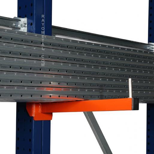 Zoom d'un bras de rayonnage cantilever capacité de charge 150 kg par niveau.